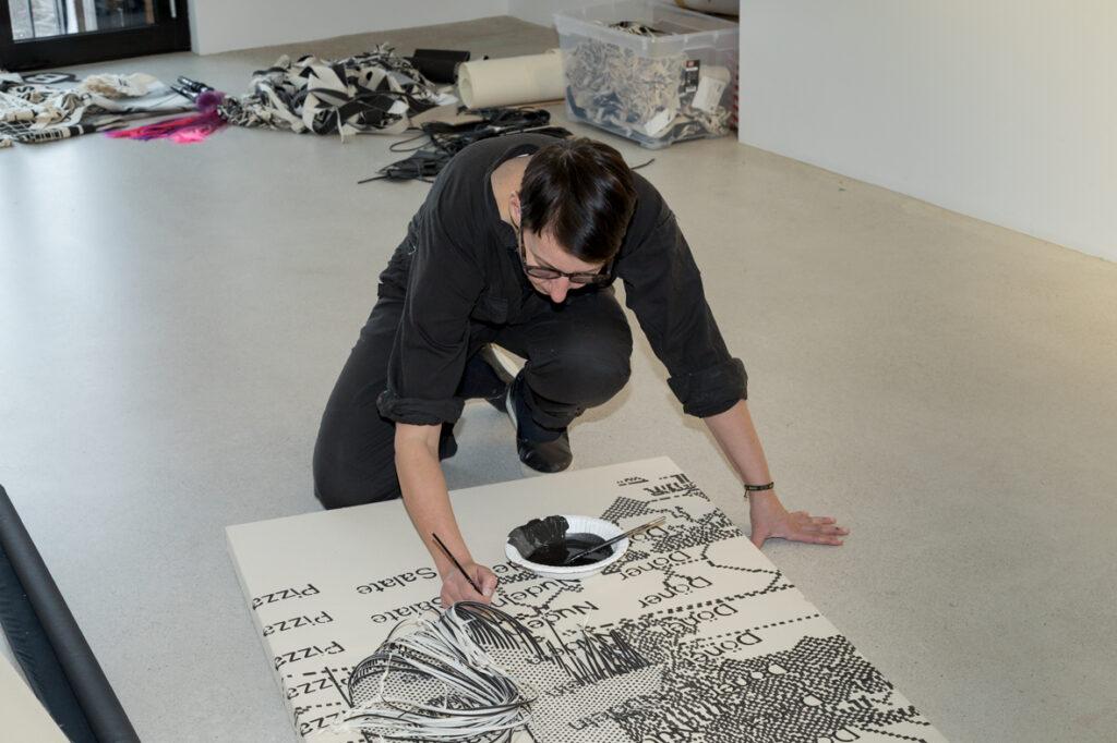 "Jana Gunstheimer working on ""Reaktionäre Heimarbeit"""